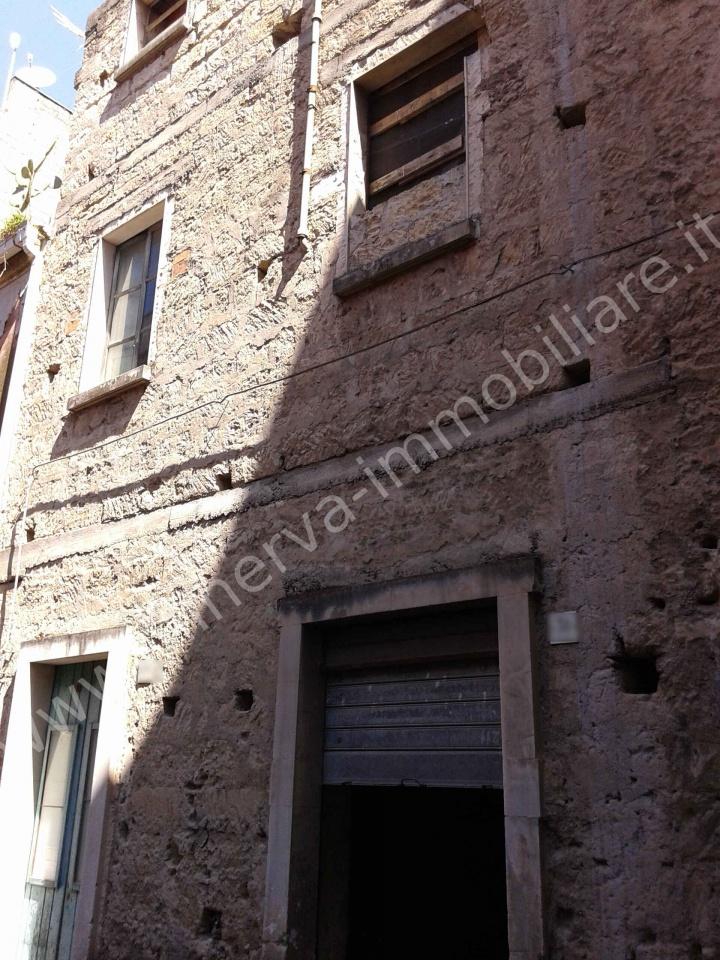 Minerva Immobiliare vende casa totalmente da ristrutturare, su due livelli più soppalco. Zona Lentini centro.