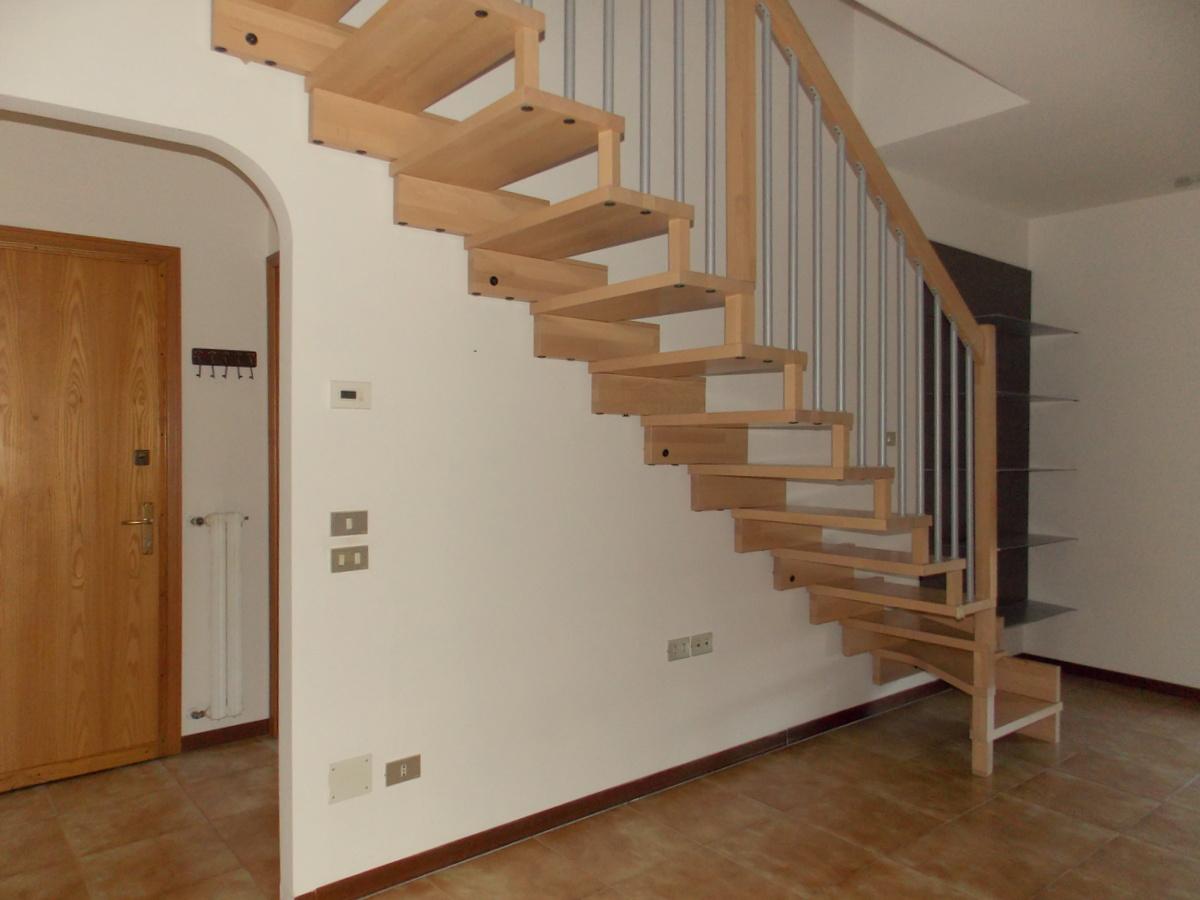 CASTROCARO TERME . Appartamento con ingresso, cucina abitabile, soggiorno, matrimoniale, due singole, due bagni, balcone , mansarda con 3 vani , garage . riscaldamento autonomo e aria condizionata.