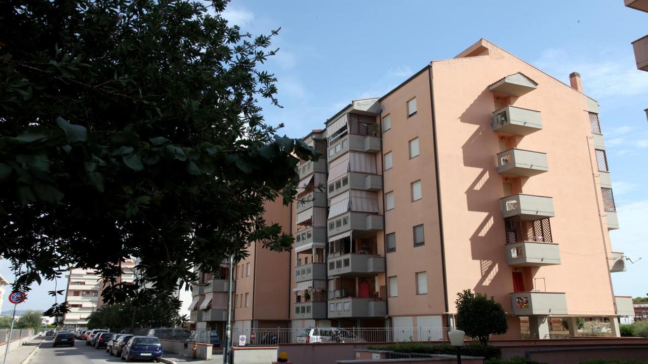 VIA LETTONIA <br /> 2 vani con parete cottura, 46 mq, primo piano con ascensore, grande terrazzo vivibile. Posto auto di proprietà al piano interrato.<br /> € 117.000