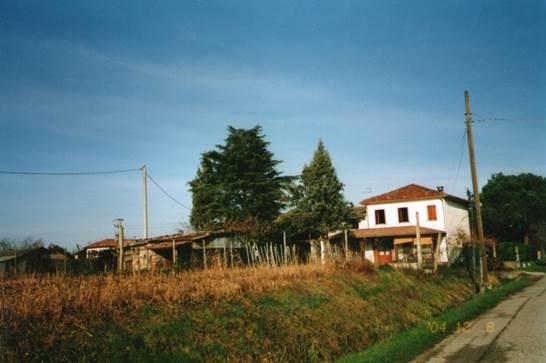 si propone casa singola sviluppata su due piani con diverse adiacenze con circa 3.600 mq di terreno<br /> in zona di campagna in Piombino Dese