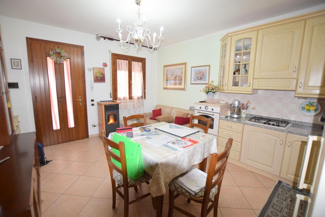 Appartamento in buone condizioni in vendita Rif. 8378074
