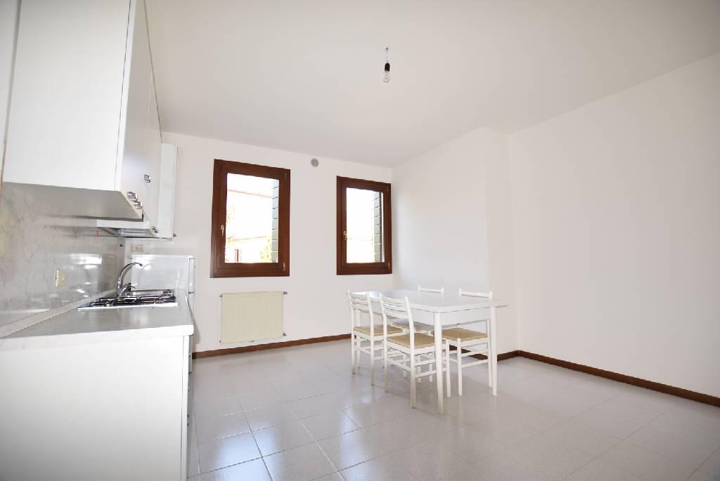 Appartamento in buone condizioni arredato in vendita Rif. 9063653