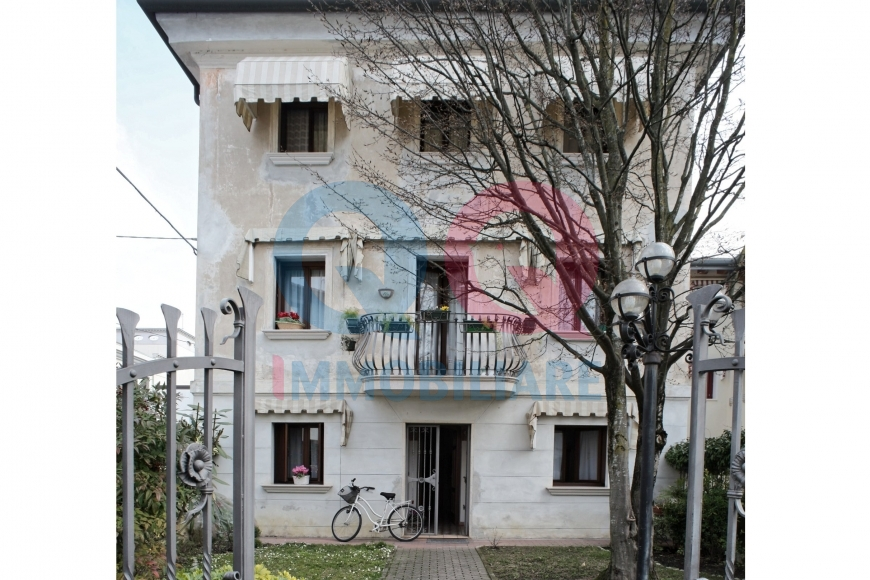 Palazzo / Stabile in vendita a Latisana, 9 locali, Trattative riservate | Cambio Casa.it