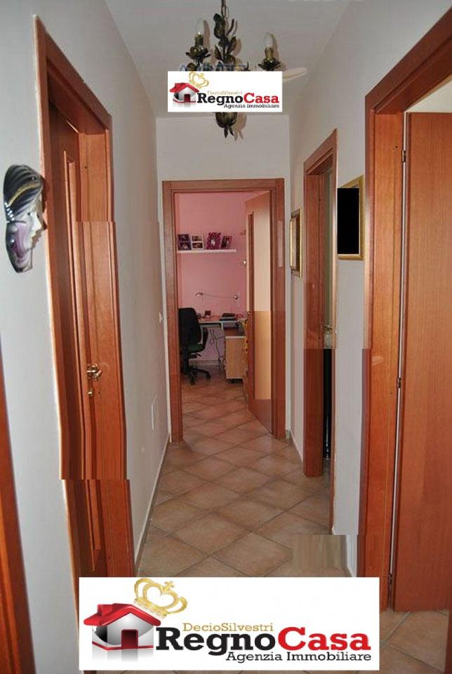 Appartamento in buone condizioni in vendita Rif. 9071423